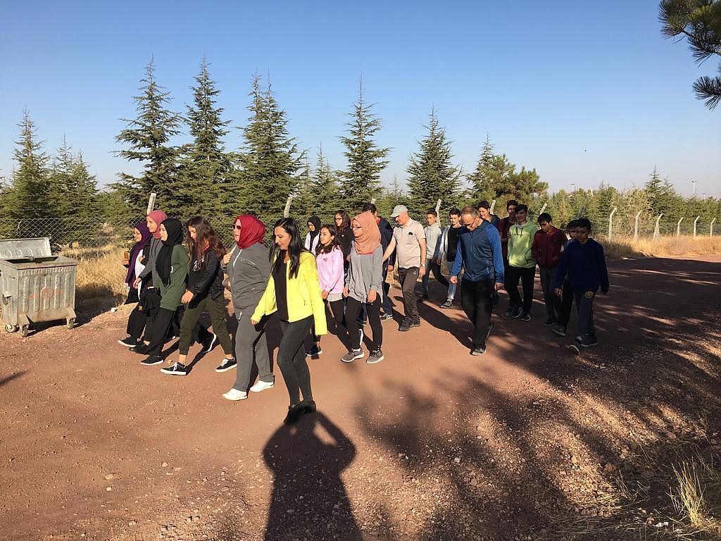 Vali Meral Pansiyonda Kalan Öğrencilerle Yürüyüş Yaptı